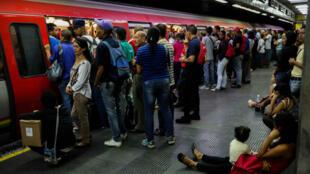 Personas intentan entrar al metro de Caracas durante el restablecimiento del servicio, luego de un apagón que dejó a la ciudad sin energía eléctrica por varias horas el 31 de julio de 2018.