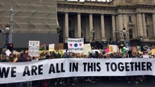 Des jeunes Australiens ont déjà commencé à défiler dans les rues de Melbourne, le 24 mai 2019.