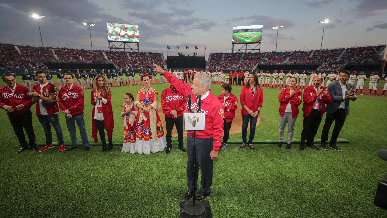 El presidente de México, Andrés Manuel López Obrador, durante la apertura del Estadio Alfredo Harp Helú en la Ciudad de México, México, el 23 de marzo de 2019.