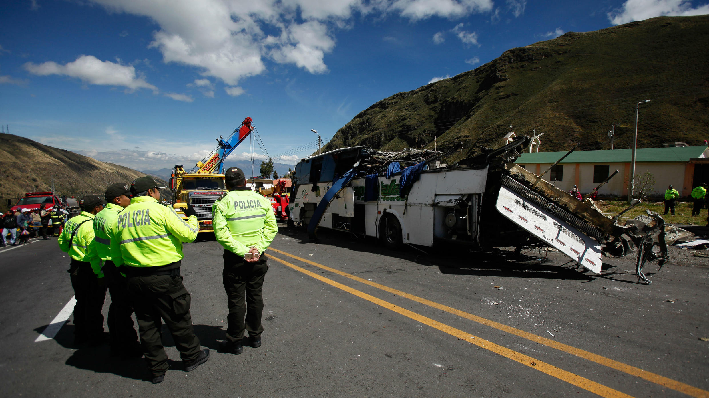 Autoridades y cuerpos de emergencia trabajan en el lugar del accidente del autobús de pasajeros, el martes 14 de agosto de 2018, en una carretera cerca a Quito, Ecuador.