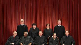 قضاة المحكمة العليا الأميركية التسعة خلال التقاط صورة رسمية في 30 تشرين الثاني/نوفمبر 2018 في واشنطن