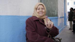 """""""A voté"""" : dimanche 21 décembre, à Tunis, Mme Ben Achour a participé à la première élection présidentielle libre organisée en Tunisie."""