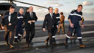 François Hollande arrivant sur le porte-avions Charles-de-Gaulle, vendredi 4 décembre.
