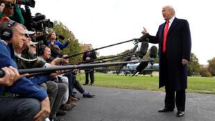 El presidente de Estados Unidos, Donald Trump, habla a los medios de comunicación antes de partir a un mitin de campaña en Fort Myers, Florida, en el jardín sur de la Casa Blanca en Washington, EE. UU., 31 de octubre de 2018.