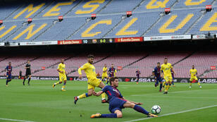 Sergi Roberto disputa un balón ante Las Palmas en el Camp Nou. 1/10/2017