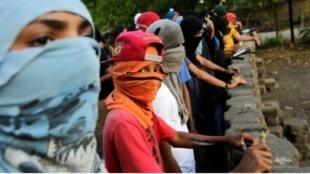متظاهرون يقيمون حاجزا بعد استئناف الحركة الاحتجاجية، 24 أيار/مايو 2018 في ماناغوا.