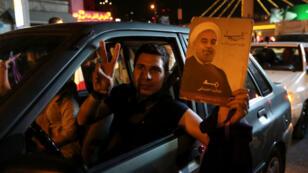 Un portrait du président iranien Hassan Rohani brandi durant la nuit de célébration de l'accord sur le nucléaire à Téhéran, le 14 juillet 2015.