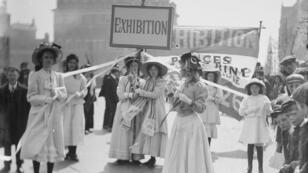 Jeunes suffragettes faisant la promotion de l'exposition de la Women's Exhibition de Knightsbridge, Londres, mai 1909.