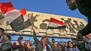 عراقيون يتظاهرون في عدة مدن احتجاجا على تخفيض قيمة العملة مما قلل من قدرتهم الشرائية.