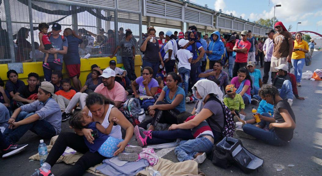 Un grupo de migrantes bloquea el puente que comunica a Matamoros, Tamaulipas, México, con Brownsville, Texas, EE. UU., para exigir que se agilice el proceso de sus solicitudes de asilo, en Estados Unidos, el 10 de octubre de 2019.