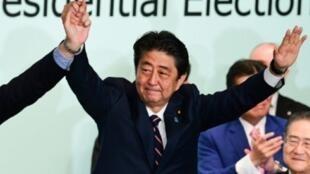 رئيس الوزراء الياباني شينزو آبي بعد فوزه بقيادة الحزب الليبرالي الديمقراطي في مقر الحزب الحاكم بطوكيو في 20 أيلول/سبتمبر 2018