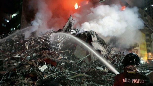 Un grupo de miembros del Cuerpo de Bomberos de Sao Paulo se trasladó hasta la zona del derrumbe de la edificación para controlar las llamas el 1 de mayo de 2018.