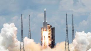 El cohete Y-4 del 5 de marzo, que lleva una sonda de Marte no tripulada de la misión Tianwen-1, despega del Centro de Lanzamiento Espacial Wenchang en Wenchang, provincia de Hainan, China, el 23 de julio de 2020.