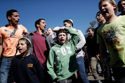 مستوطنون إسرائيليون في مظاهرة أمام الكنيست ضد إخلاء بؤرة عمونا الاستيطانية