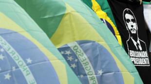 Banderas y camisetas nacionales con la imagen del candidato presidencial de Brasil, Jair Bolsonaro, a la venta frente al estadio Pacaembu en Sao Paulo, Brasil, el 29 de septiembre de 2018.