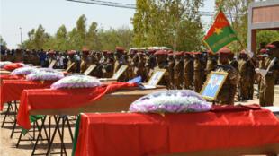 Des soldats lors des funérailles, le 31 août 2018 à Ouagadougou, des sept militaires tués lors de l'explosion d'une mine dans l'est du Burkina Faso.