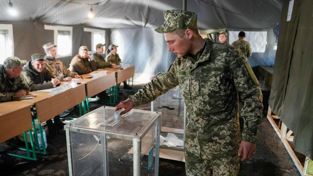 Un militar ucraniano vota en Zaitseve, este Ucrania, en uno de los colegios electorales establecidos cerca al frente de batalla contra los separatistas pro Rusia.