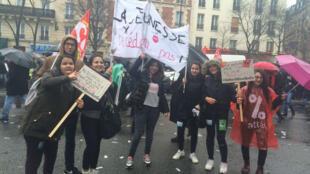 Des lycéens dans les rues de Paris pour manifester contre la loi Travail, le 31 mars 2016.