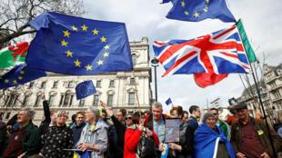 Partidarios de la UE participan en la marcha del 'voto popular' en el centro de Londres, Reino Unido, 23 de marzo de 2019.