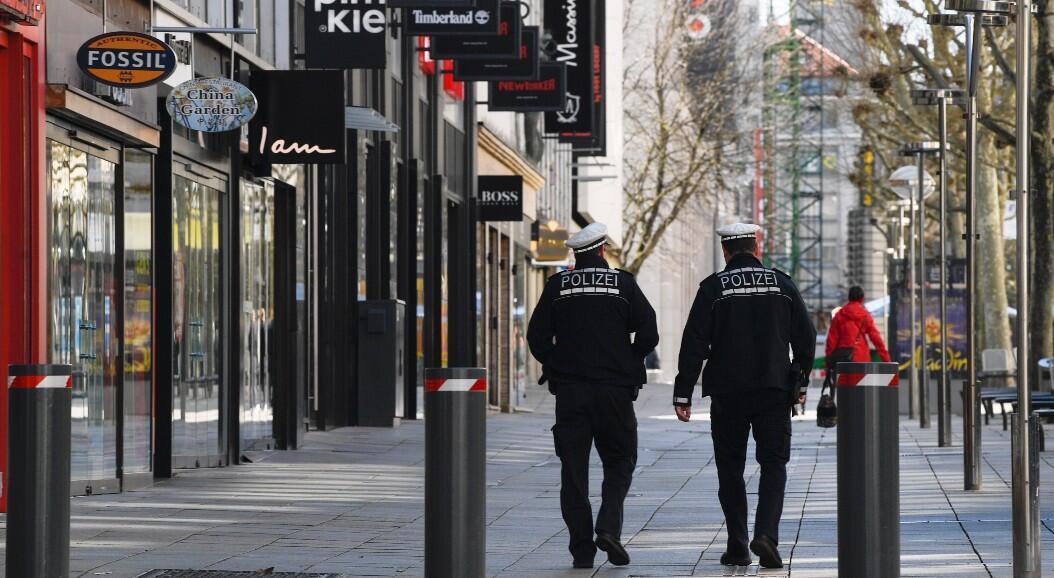 Archivo-Policías caminan en la casi vacía Koeniggstrasse, una de las calles comerciales más concurridas de Stuttgart, sur de Alemania, el 23 de marzo de 2020.