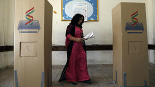 Une électrice kurde dans un bureau de vote d'Erbil, le 30 septembre 2018.