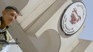 جندي يقوم بحراسة سفارة مملكة البحرين في العاصمة العراقية بغداد