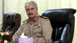 Le maréchal libyen Khalifa Haftar lors d'une conférence à Benghazi, en octobre 2017.