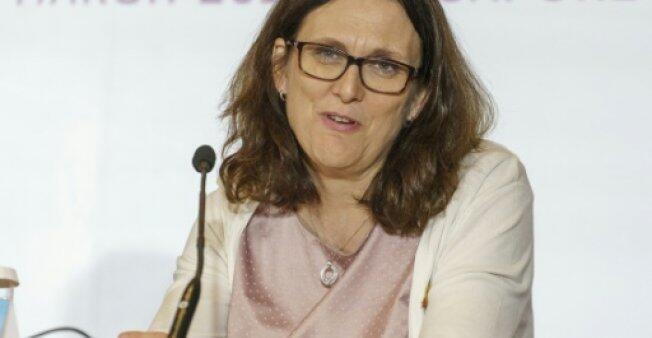 المفوضة الأوروبية للتجارة سيسيليا مالستروم في مؤتمر صحفي بسنغافورة في 02 آذار/مارس 2018