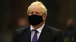 Le Premier ministre britannique Boris Johnson, portant un masque lors de l'anniversaire des 80 ans de la bataille d'Angleterre, à Westminster Abbey, dans le centre de Londres, le 20 septembre 2020
