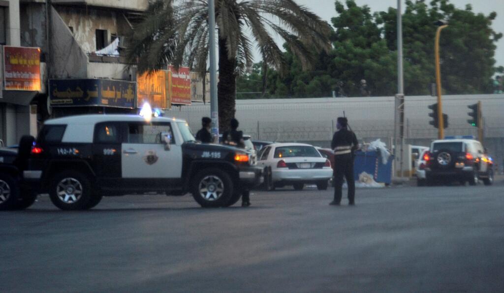 Arrivée des secours après l'explosion survenue près du consulat américain de Jeddah, lundi 4 juillet 2016.
