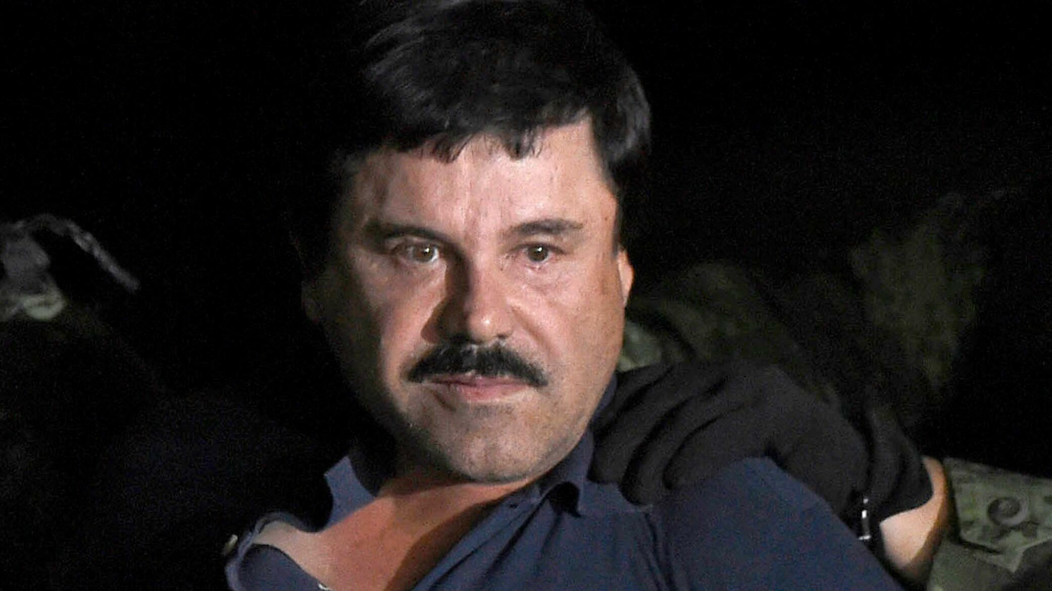 """El narcotraficante Joaquín """"El Chapo"""" Guzmán es escoltado a un helicóptero en el aeropuerto de la Ciudad de México el 8 de enero de 2016 luego de su recaptura durante una intensa operación militar en Los Mochis, en el estado de Sinaloa. Foto de archivo."""
