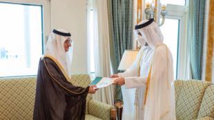 سفير المملكة العربية السعودية الجديد لدى قطر الأمير منصور بن خالد بن فرحان آل سعود يقدم أوراق اعتماده إلى وزير الخارجية القطري الشيخ محمد بن عبد الرحمن آل ثاني (إلى اليمين) في 21 حزيران/يونيو 2021