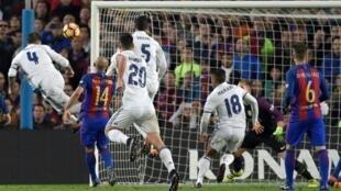 مدافع ريال مدريد سيرخيو راموس (يسار) يسجل في مرمى برشلونة في 3 كانون الأول/ديسمبر 2016