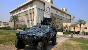 آلية عسكرية أمام قصر العدل في الكويت 4 آب/أغسطس 2015