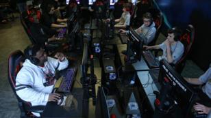 Compétition e-sport entre étudiants à Chicago. Image d'illustration.