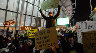 Des manifestants à l'aéroport JFK de New York contre le décret anti-immigration de Donald Trump