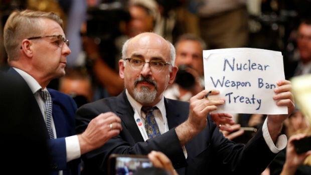 Durante la conferencia de prensa ofrecida por Trump y Putin  después de la cumbre en Helsinki, un hombre fue retirado de la sala por mostrar un cartel sobre el tratado de prohibición del uso de armas nucleares el 16 de julio de 2018.