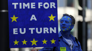 Un manifestante sostiene una pancarta durante una manifestación contra el Brexit en el centro de Londres, Reino Unido, el 20 de octubre de 2018.