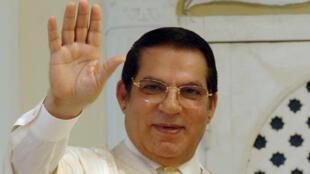 Zine el-Abidine Ben Ali salue les citoyens tunisiens après avoir déposé sa candidature pour la présidentielle le 26 août 2009, à Tunis.