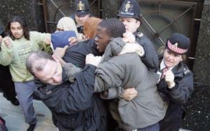 Michael Adebolajo, en 2006, lors d'affrontements entre islamistes et forces de l'ordre britanniques devant le Old Bailey.
