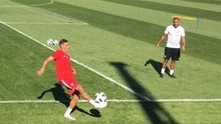 فيصل فجر وهو يتبادل الكرة مع لاعب المنتخب المغربي السابق مصطفى حجي. 2018/06/17