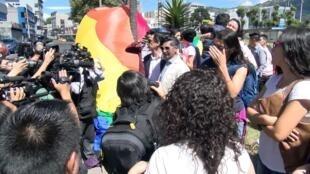 Integrantes de la comunidad LGBT celebran en Quito tras la decisión de la Corte Constitucional de Ecuador. 12 de junio de 2019.