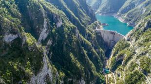 Le barrage de Mratinje, situé au niveau du lac Piva, au Monténégro.