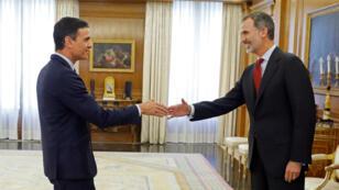 El presidente en funciones del Gobierno español, Pedro Sánchez, saluda al rey de España, Felipe VI, en el Palacio de la Zarzuela en Madrid, España, el 6 de junio de 2019.