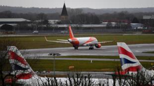 Un avión EasyJet se prepara para despegar de la pista en el aeropuerto Gatwick, al sur de Londres, Reino Unido, el 21 de diciembre de 2018, ya que los vuelos se reanudaron luego del cierre por la presencia de varios drones.