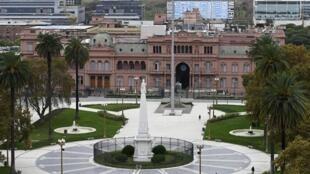 Argentina ofrece pagar unos 53 dólares por cada lámina de 100 dólares, mientras que los grupos de acreedores reclaman unos 56 dólares por cada 100.