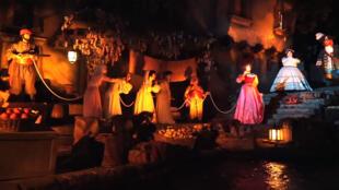 La scène telle qu'elle l'était avant rénovation à Disneyland Paris.