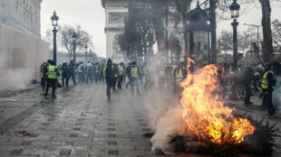 L'avenue des Champs-Élysées à Paris lors de la manifestation des Gilets jaunes, le 8 décembre 2018.