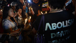 Romeo Gacad, AFP - A group of Christians hold a candlelight vigil to protest against the death penalty at Nusakambangan port in Cilacap across the Nusakambangan maximum security prison on April 29, 2015.
