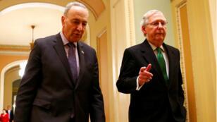 El líder de la minoría demócrata del Senado estadounidense, Chuck Schumer, y el líder de la mayoría republicana, Mitch McConnell, caminan hacia la cámara del Senado en Capitol Hill en Washington, el 7 de febrero de 2018.